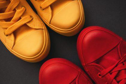 Röda och gula skor