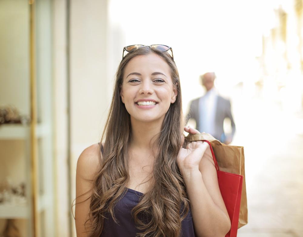 glad kvinna som haft en bra kundupplevelse när hon shoppat